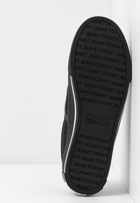 Tommy Jeans - LOWCUT ESSENTIAL - Tenisky - black - 6