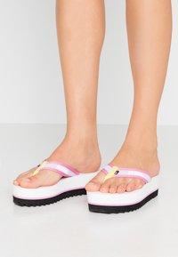 Tommy Jeans - RECYCLED MID BEACH SANDAL - Sandály s odděleným palcem - white - 0