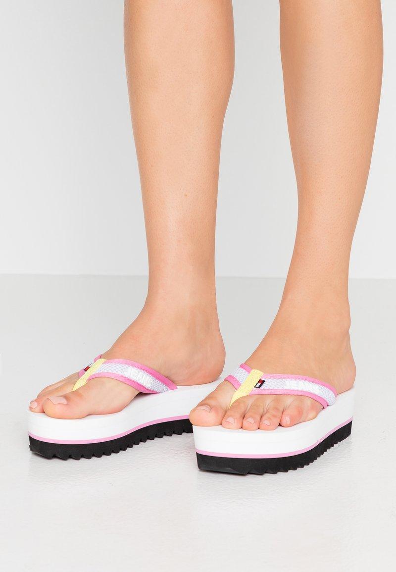 Tommy Jeans - RECYCLED MID BEACH SANDAL - Sandály s odděleným palcem - white