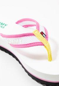 Tommy Jeans - RECYCLED MID BEACH SANDAL - Sandály s odděleným palcem - white - 2