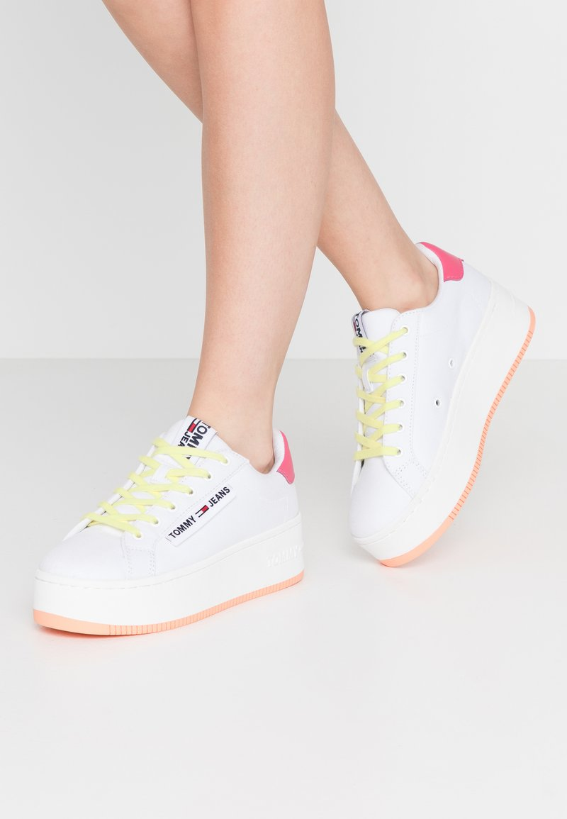 Tommy Jeans - NEW ROXY 2D - Trainers - white/blush red/melon orange