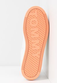 Tommy Jeans - NEW ROXY 2D - Trainers - white/blush red/melon orange - 6