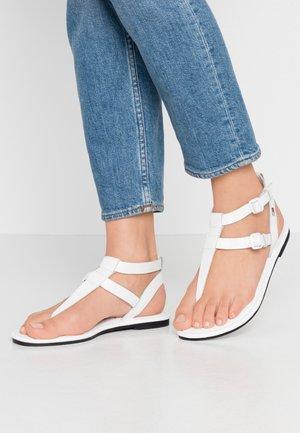 FLAT SANDAL - Sandály s odděleným palcem - white