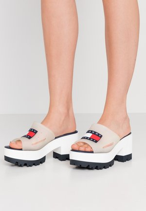 JANE  - Pantofle na podpatku - white