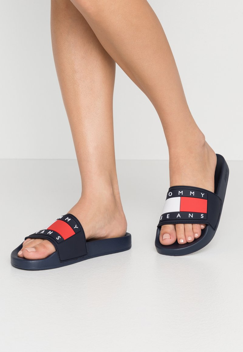 Tommy Jeans - TOMMY JEANS FLAG POOL SLIDE - Badslippers - twilight navy
