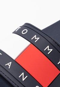 Tommy Jeans - TOMMY JEANS FLAG POOL SLIDE - Badesandaler - twilight navy - 2