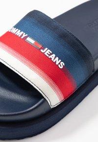 Tommy Jeans - DEGRADE FLATFORM POOL SLIDE - Muiltjes - twilight navy - 2