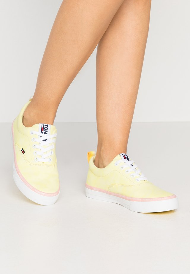 LACE UP - Matalavartiset tennarit - lemon