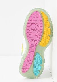 Tommy Jeans - DEGRADE FLATFORM SHOE - Sneakersy niskie - white - 6