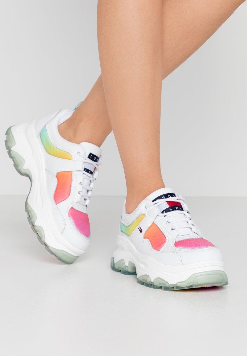 Tommy Jeans - DEGRADE FLATFORM SHOE - Sneakersy niskie - white