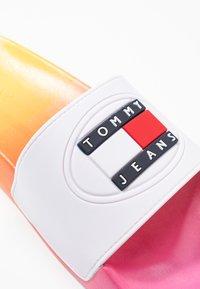 Tommy Jeans - DEGRADE POOL SLIDE - Muiltjes - pink daisy - 2