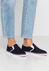 Tommy Jeans - ESSENTIAL SLIP ON SNEAKER - Slip-ons - twilight navy - 0