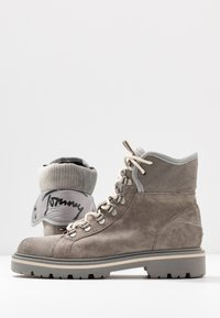 Tommy Jeans - REFLECTIVE DETAIL LACE UP BOOT - Lace-up ankle boots - grey - 7