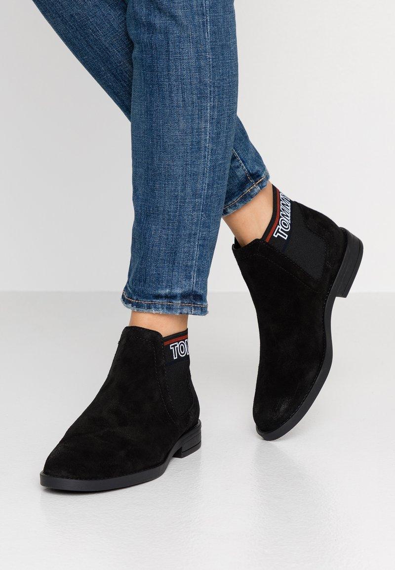 Tommy Jeans - CORPORATE ELASTIC CHELSEA BOOT - Kotníková obuv - black