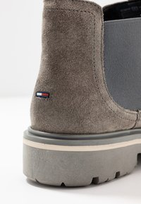 Tommy Jeans - REFLECTIVE DETAIL CHELSEA BOOT - Ankelboots - grey - 2