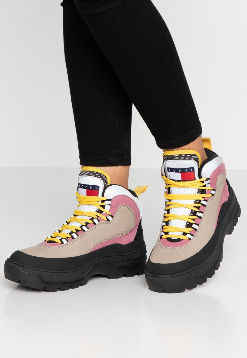 Tommy Jeans - TREKKING FROM THE ARCHIVES - Botines con cordones - grey