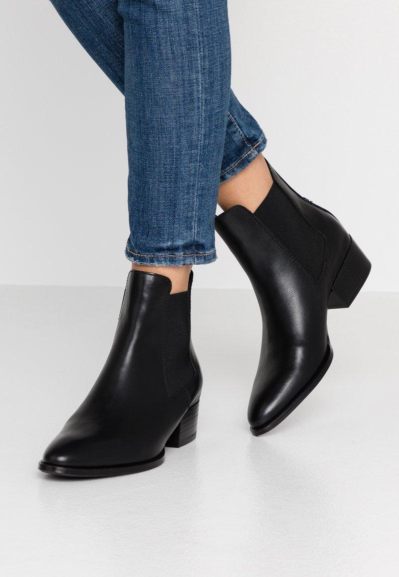 Tommy Jeans - PIN LOGO MID HEEL CHELSEA BOOT - Cowboy/biker ankle boot - black