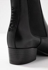 Tommy Jeans - PIN LOGO MID HEEL CHELSEA BOOT - Cowboy-/Bikerlaarsjes - black - 2