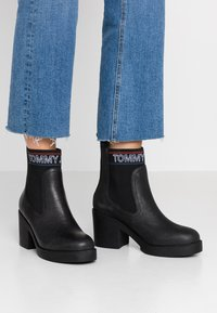 Tommy Jeans - CORPORATE ELASTIC LEATHER BOOT - Ankle boots - black - 0