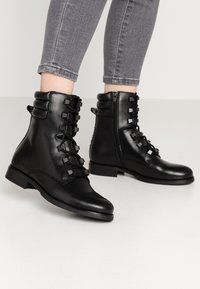 Tommy Jeans - PIN LOGO LACE UP BOOT - Botines con cordones - black - 0