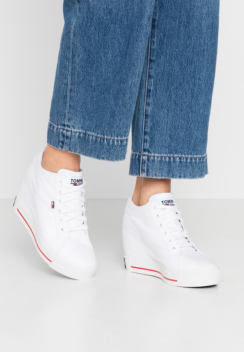 Tommy Jeans - NICE WEDGE - Joggesko - white