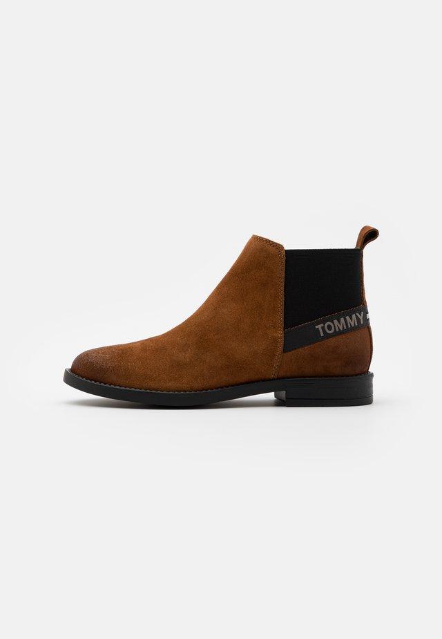ESSENTIAL CHELSEA - Boots à talons - winter cognac