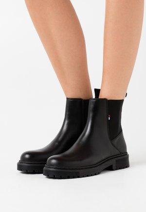 ESSENTIAL CHELSEA BOOT - Støvletter - black