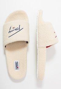 Tommy Jeans - SIGNATURE SLIDE - Domácí obuv - white - 1