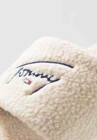 Tommy Jeans - SIGNATURE SLIDE - Domácí obuv - white - 6