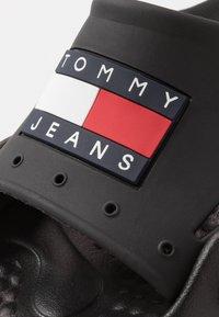 Tommy Jeans - HERITAGE JEANS POOLSLIDE - Rantasandaalit - black - 5