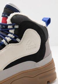 Tommy Jeans - HILFIGER EXPEDITION BOOT - Stivaletti stringati - grey - 5