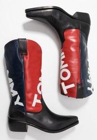 Tommy Jeans - HERITAGE MENS - Kowbojki i obuwie motocyklowe - red - 1