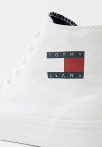 Tommy Jeans - MIDCUT LACE UP - Vysoké tenisky - white - 5