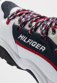 Tommy Jeans - HERITAGE  - Sneakersy niskie - white - 6