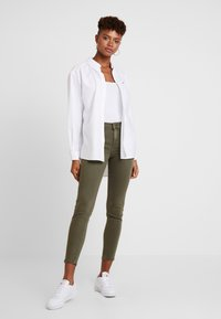Tommy Jeans - MID RISE SKINNY NORA 7/8 - Jeans Skinny Fit - olive night - 1