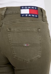 Tommy Jeans - MID RISE SKINNY NORA 7/8 - Jeans Skinny Fit - olive night - 5