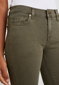 Tommy Jeans - MID RISE SKINNY NORA 7/8 - Jeans Skinny Fit - olive night - 3