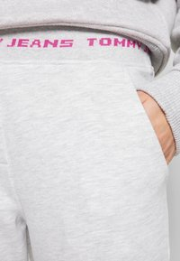 Tommy Jeans - BRANDED WAISTBAND PANT - Tracksuit bottoms - pale grey heather - 4