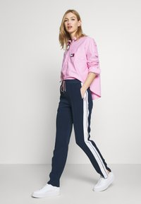 Tommy Jeans - STRIPE DETAIL SMART - Tracksuit bottoms - twilight navy