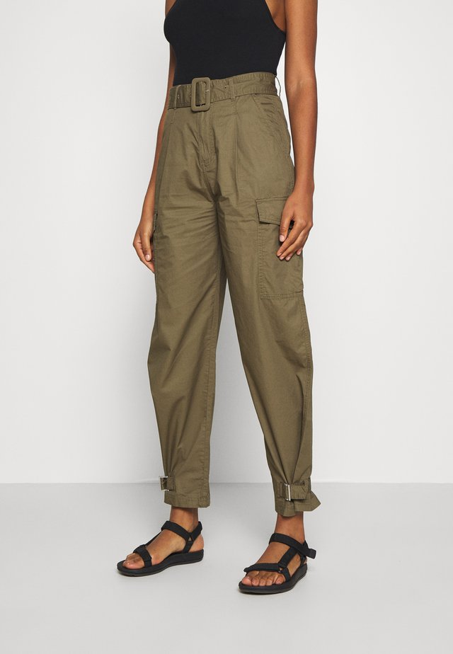 HIGH RISE BELTED PANT - Bukser - olive tree