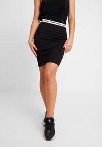 Tommy Jeans - TJW BODYCON SKIRT - Pouzdrová sukně - tommy black - 0