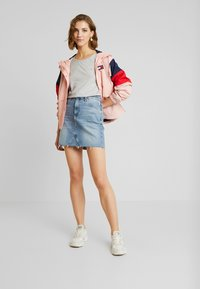 Tommy Jeans - SHORT SKIRT - Spódnica mini - stone blue denim - 1