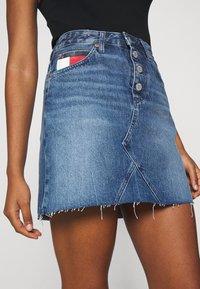 Tommy Jeans - SHORT SKIRT FLY - Farkkuhame - mid blue rigid - 2