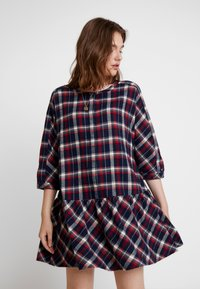 Tommy Jeans - 3/4 SLEEVE DROP WAIST DRESS - Kjole - flame scarlet / multi check - 0