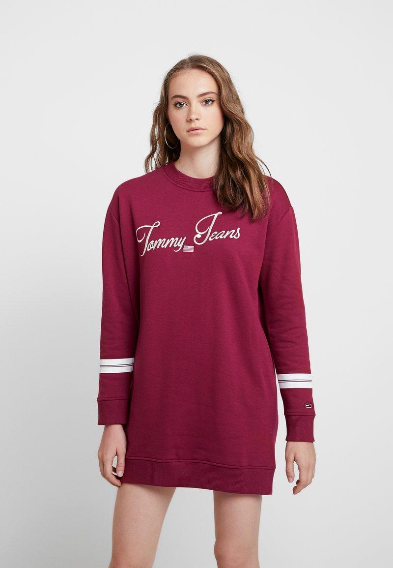 Tommy Jeans - TJW LOGO DRESS - Freizeitkleid - rhododendron