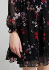 Tommy Jeans - TJW TIERED A-LINE DRESS - Freizeitkleid - scattered floral