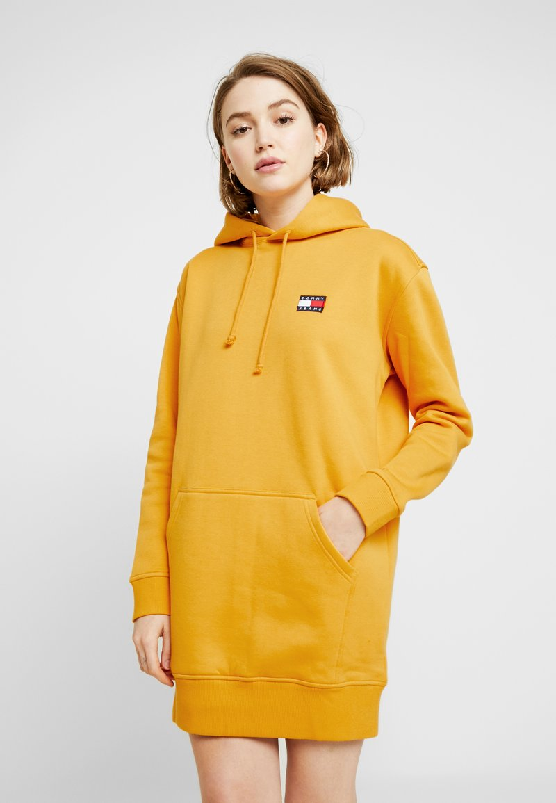 Tommy Jeans - BADGE HOODIE DRESS - Vapaa-ajan mekko - golden glow