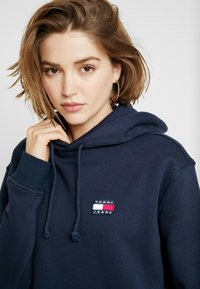 Tommy Jeans - BADGE HOODIE DRESS - Robe d'été - black iris - 5