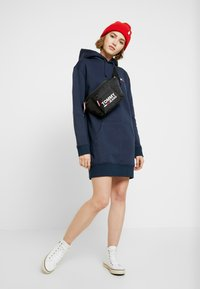 Tommy Jeans - BADGE HOODIE DRESS - Robe d'été - black iris - 2
