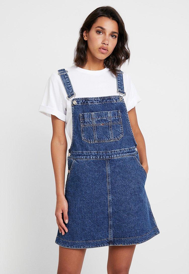 Tommy Jeans - A LINE DUNGAREE DRESS - Denimové šaty - gough mid blue rig